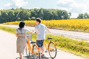 自転車を引くカップル