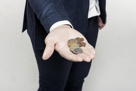 小銭をもつ手