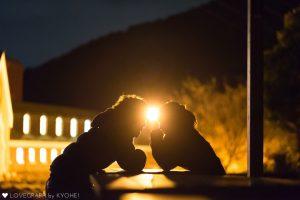 向かい合って座るカップル影