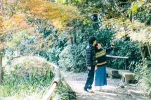 散歩するカップル