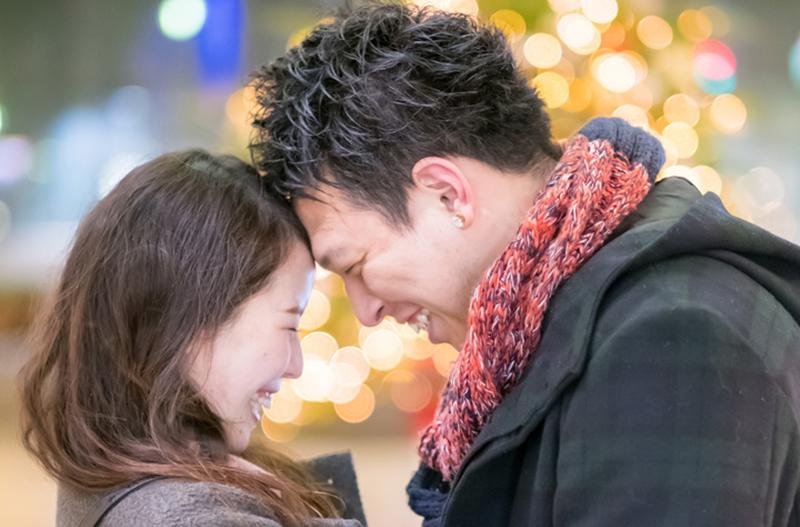 笑顔で額を寄せ合うカップル