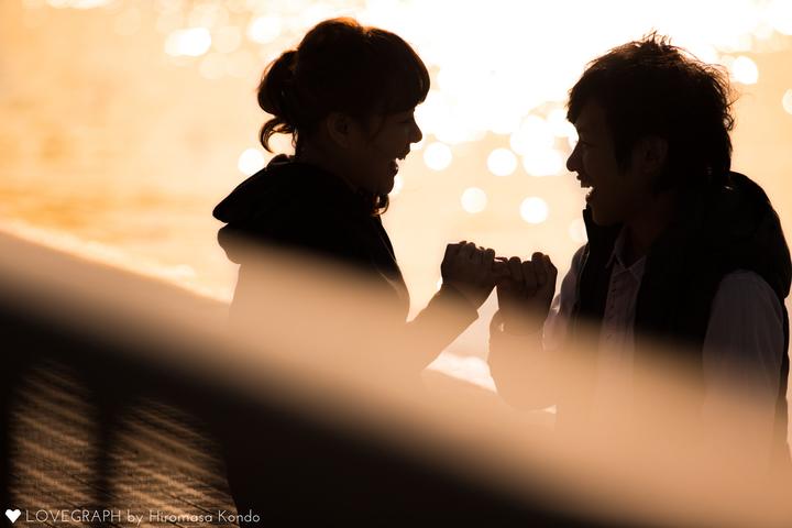 夕日指きりするカップル