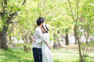 森林_抱き合うカップル