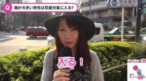 街頭インタビューに回答する女性