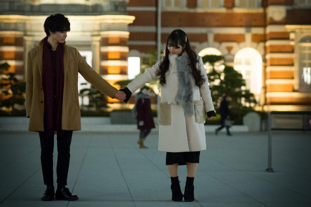 夜_街中で手を繋ぐカップル