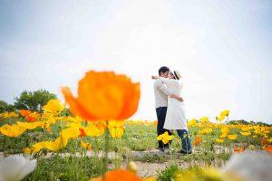 花畑_抱き合うカップル