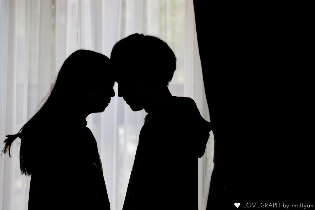 影_額を寄せるカップル