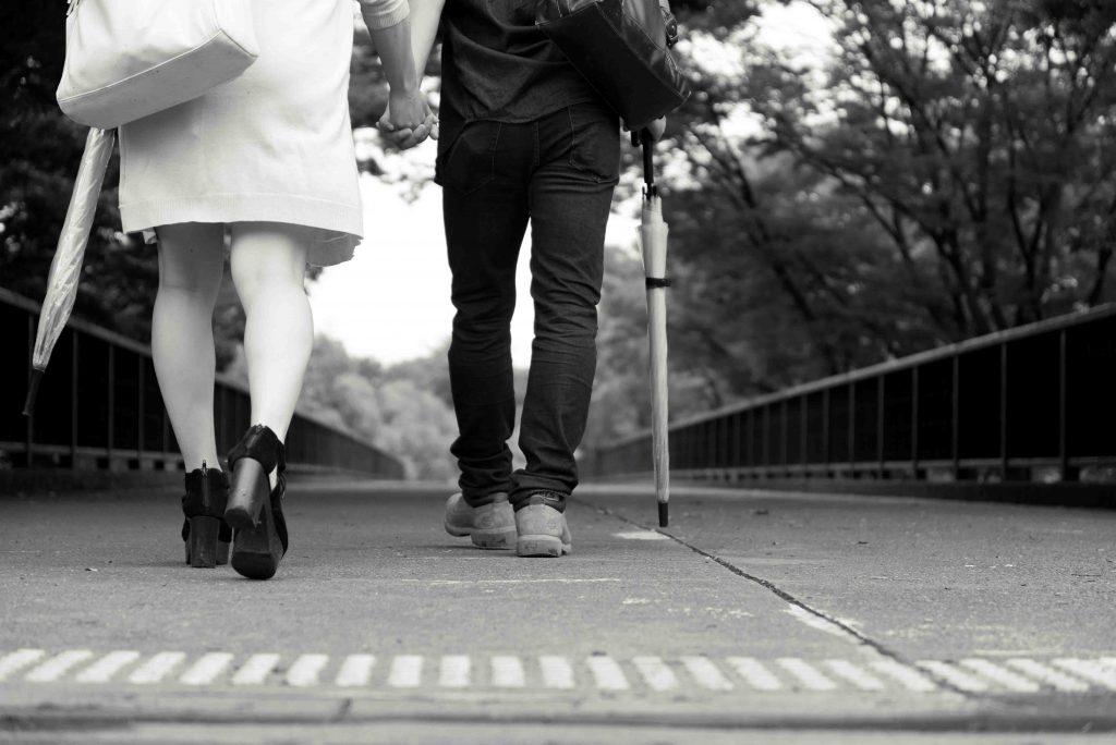 白黒_傘を持って歩くカップル