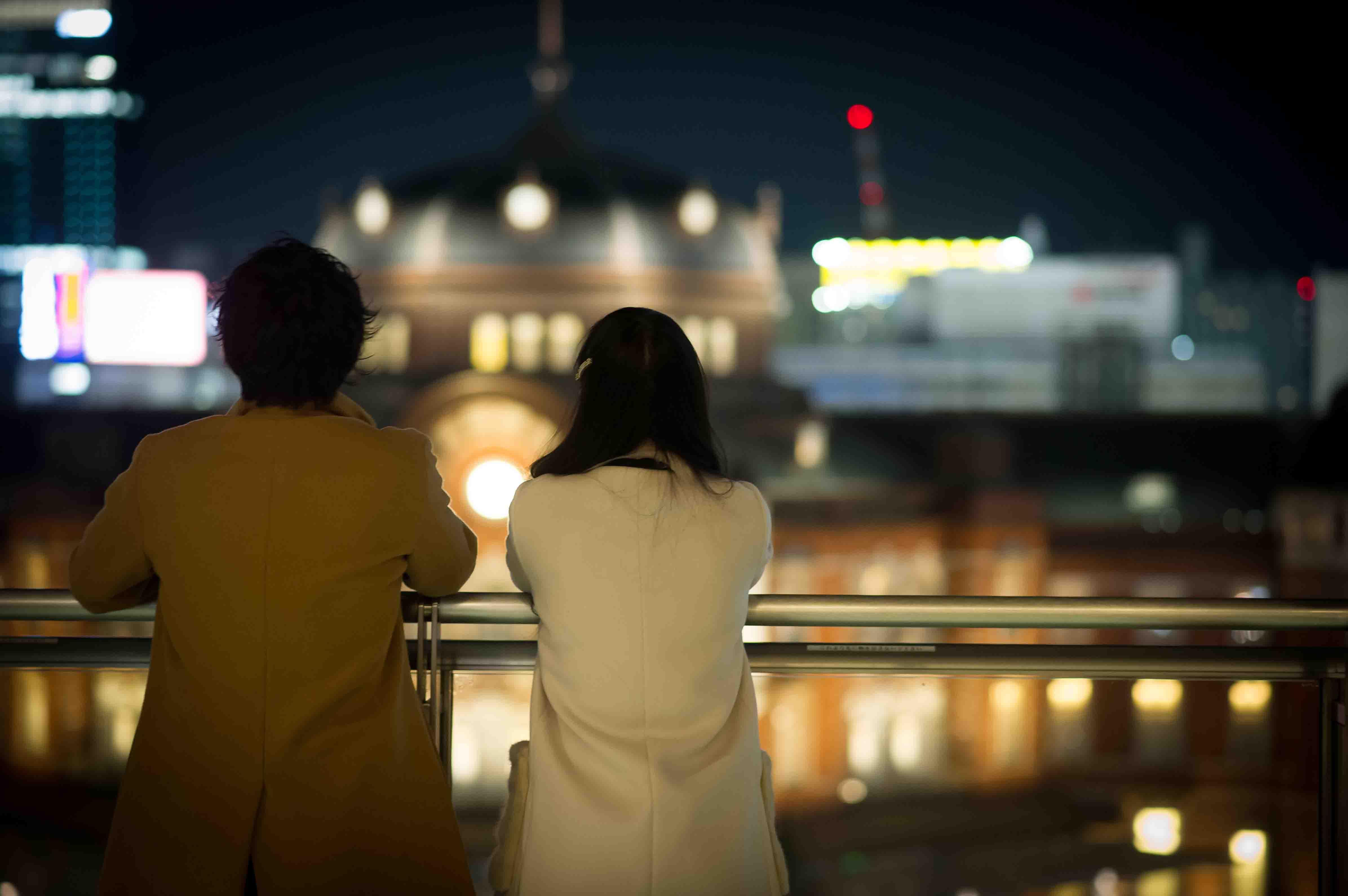 夜景を眺めるカップル後姿2