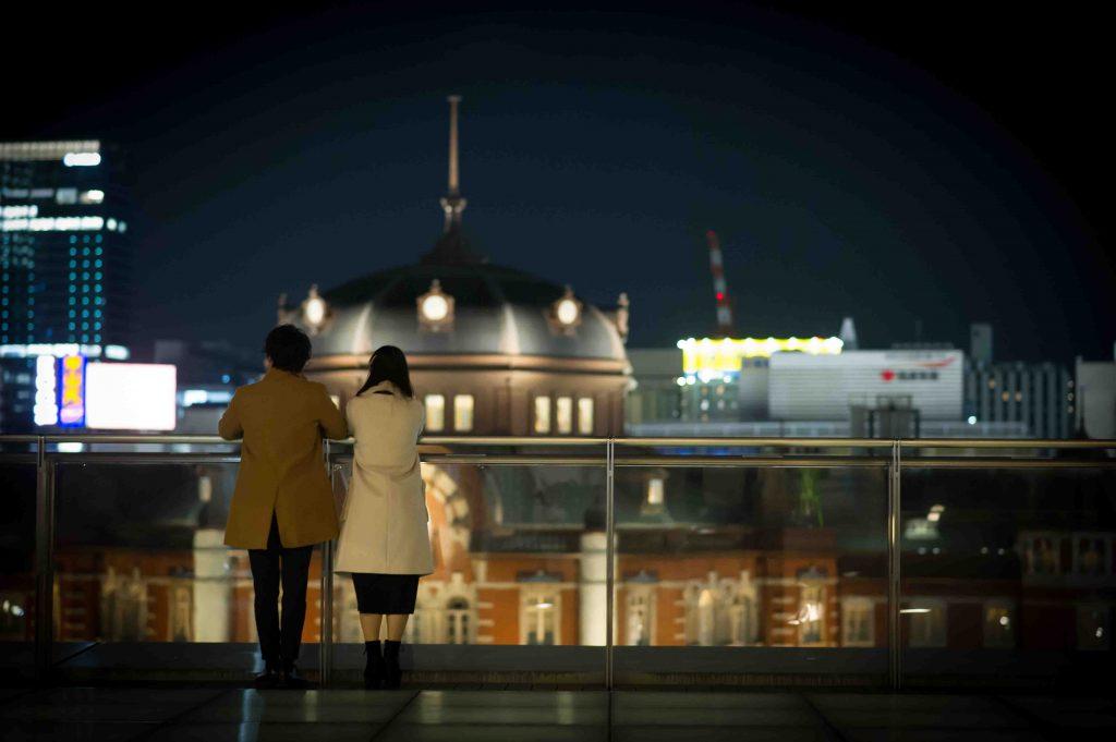 夜景を眺めるカップル後姿3