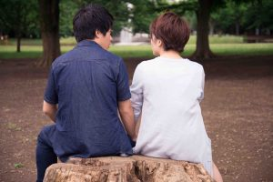 寄り添って座るカップル