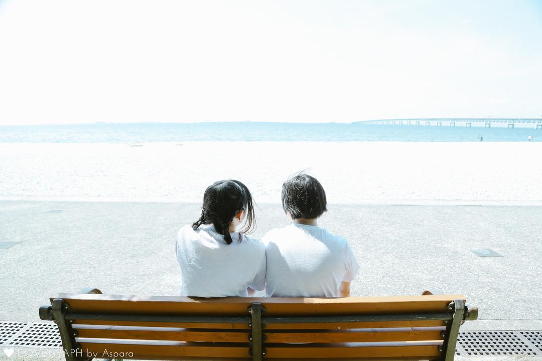ベンチに座るカップル後姿