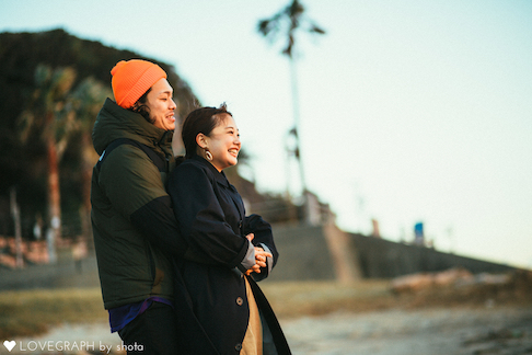 仲良しカップルの海辺デート