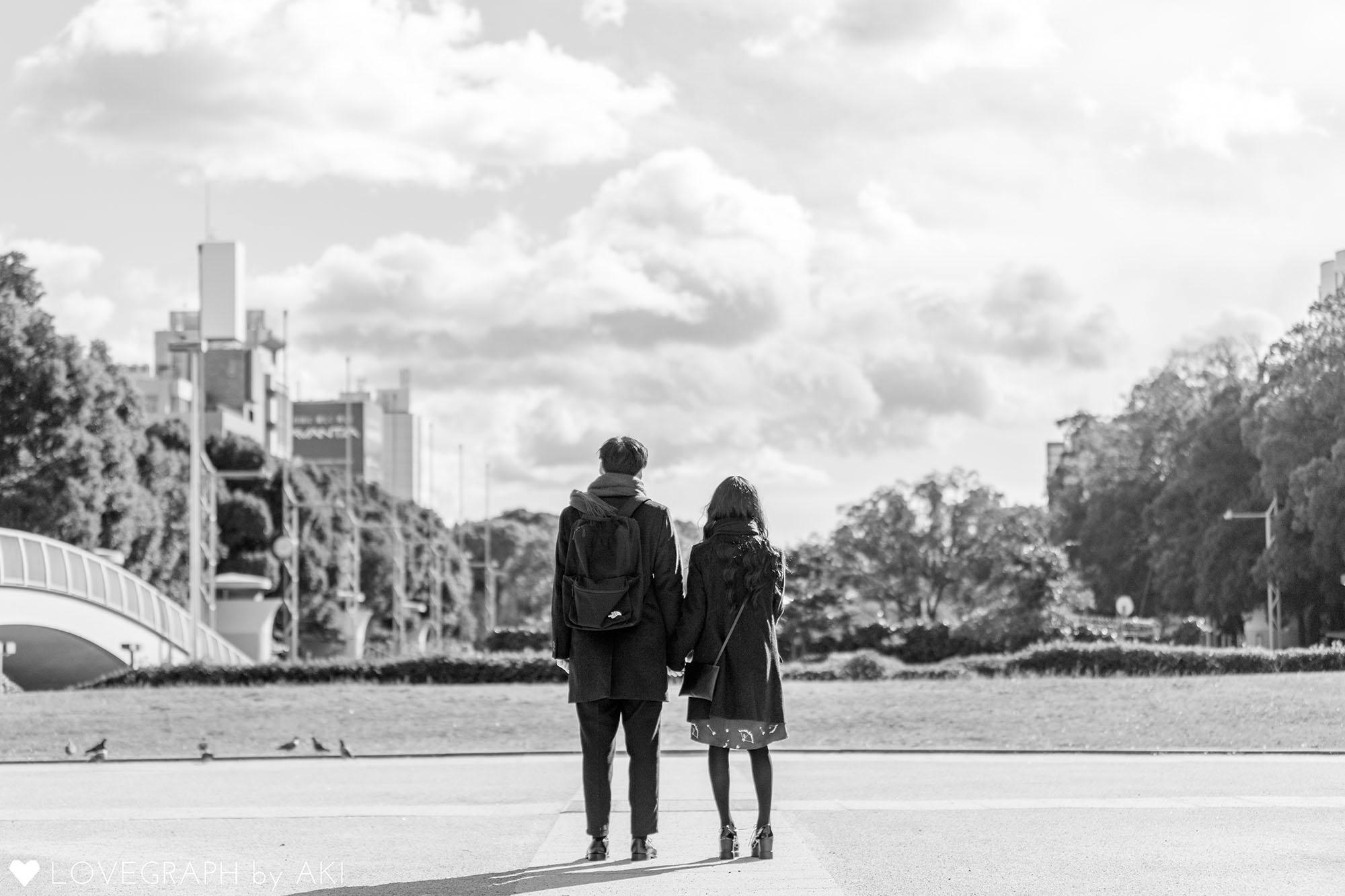空を眺めるカップル_白黒