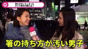 街頭インタビューを受ける女性