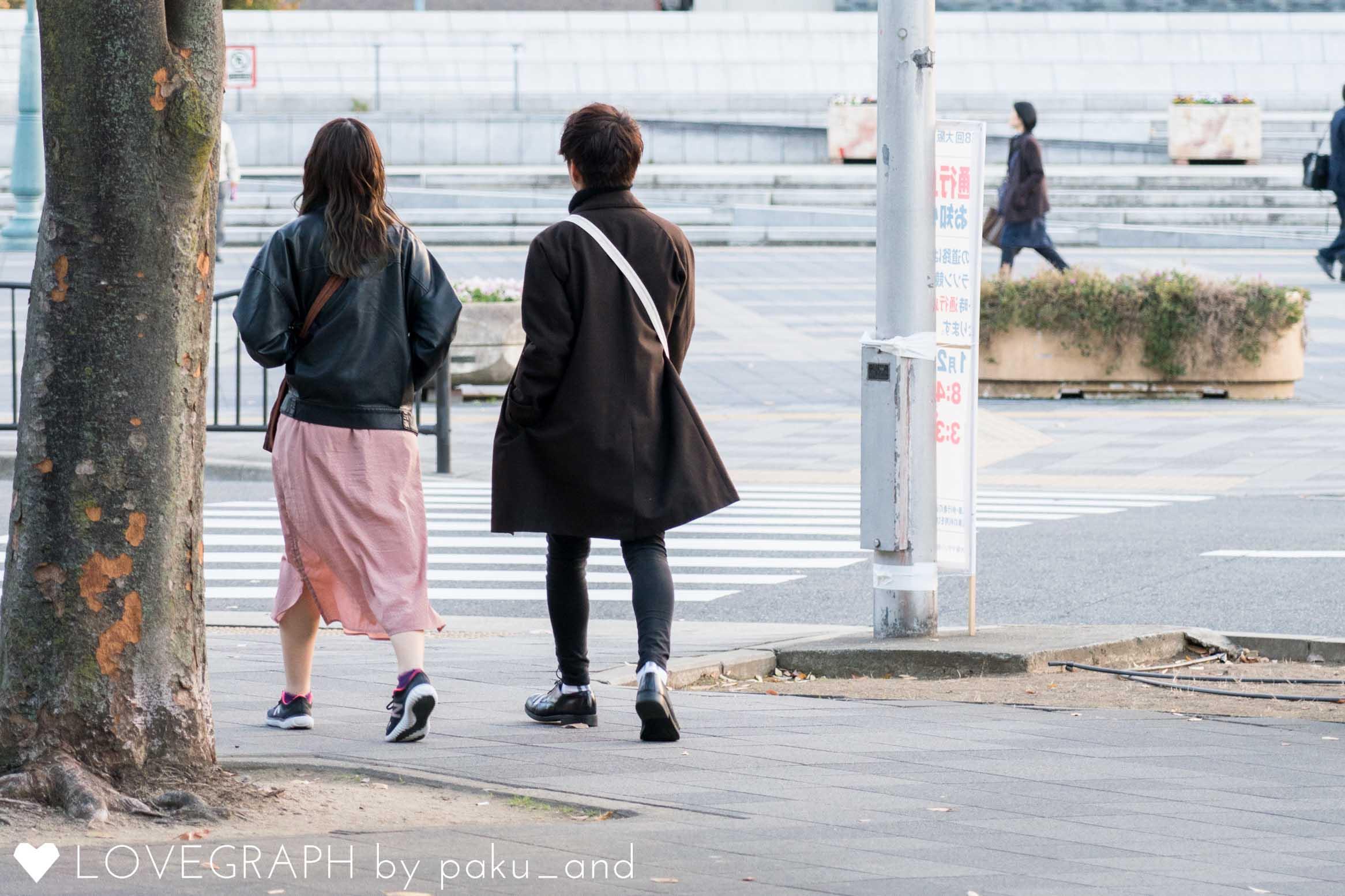 街中を散歩するカップル