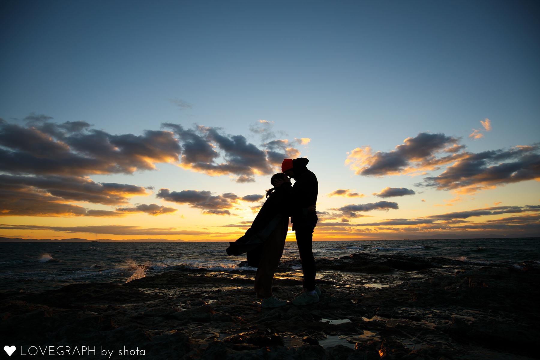 夕焼け背景額を寄せるカップル