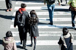 横断歩道を渡るカップル後姿