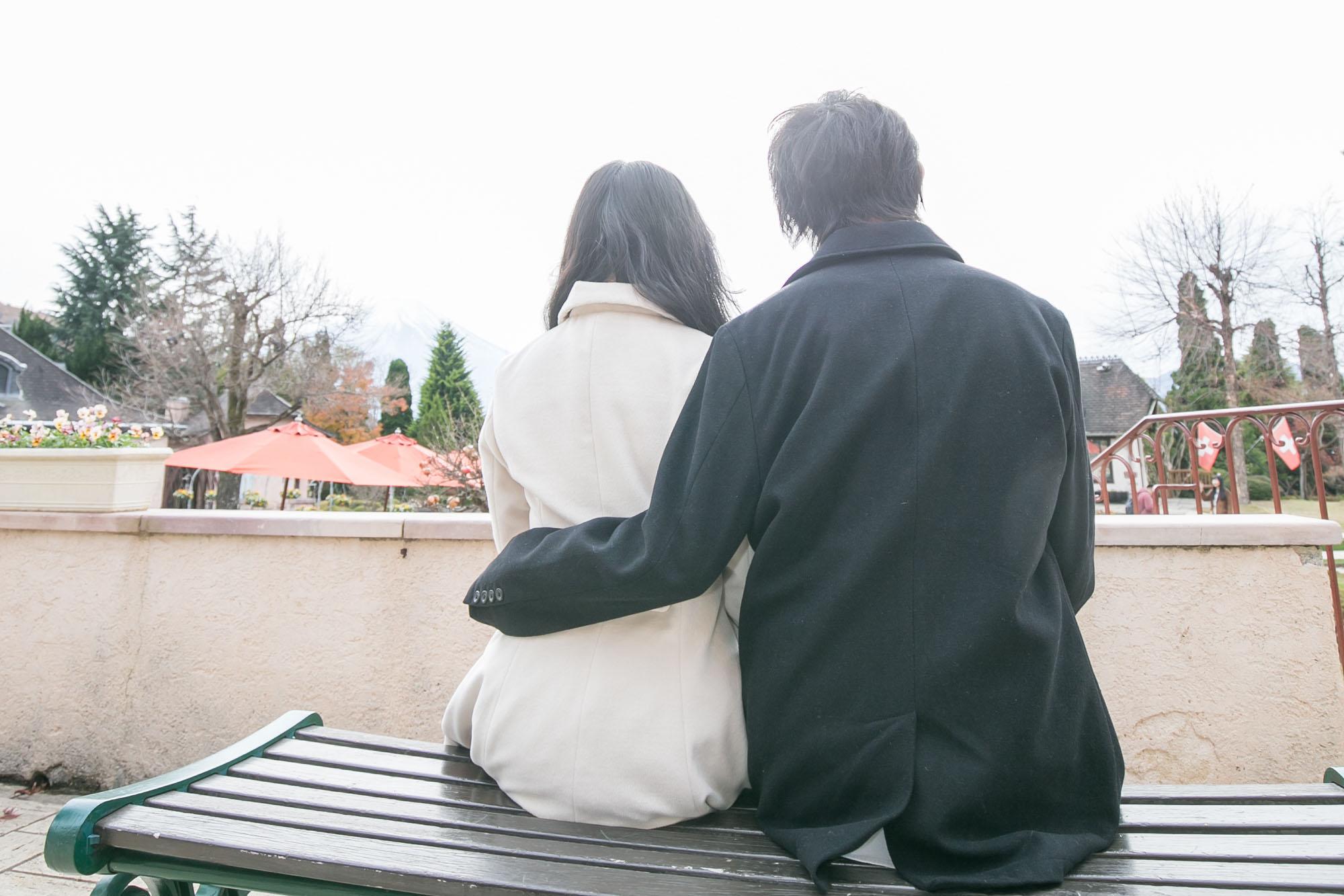 ベンチで寄り添うカップル
