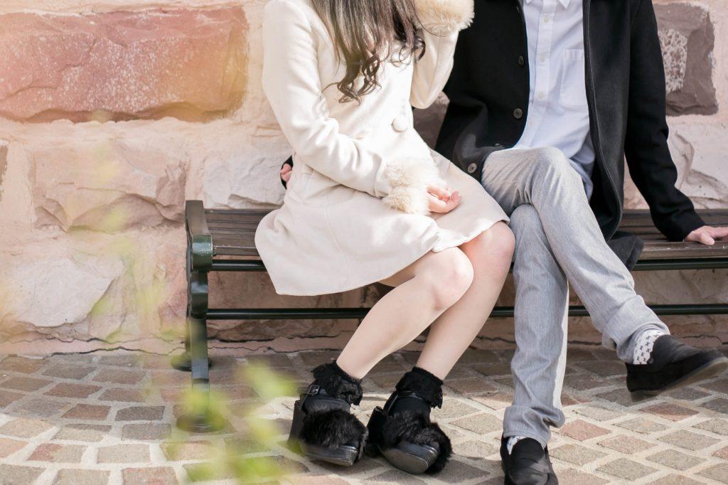 ベンチに座るカップル2
