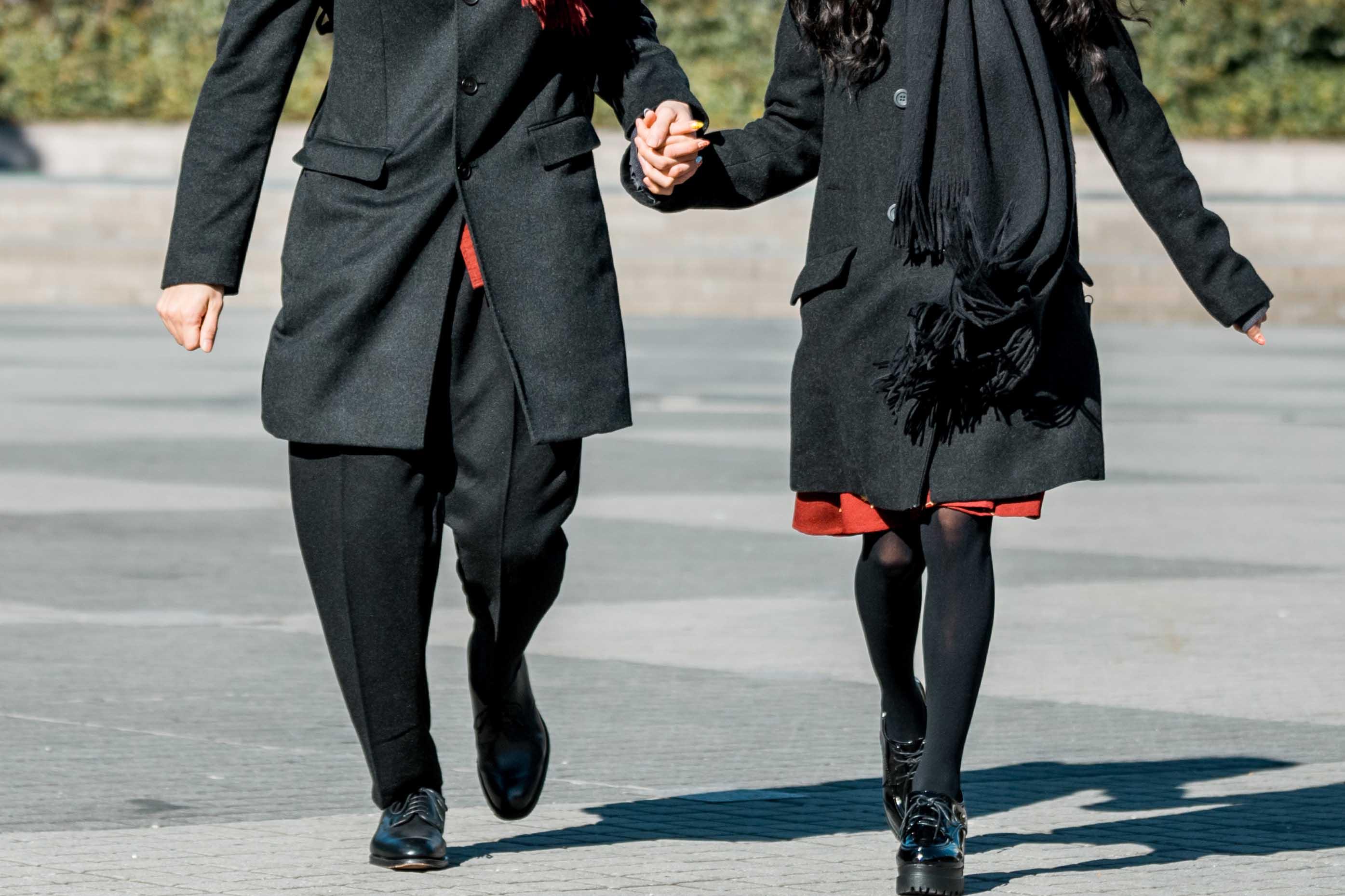 手を繋ぎ走るカップル