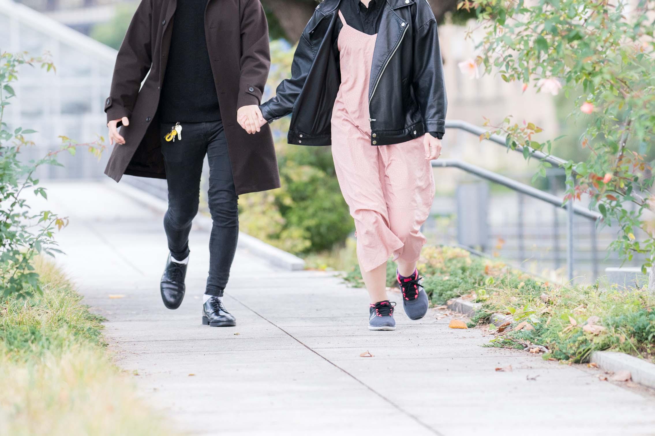 手を繋いで散歩する男女