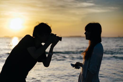 彼女を撮影する彼氏