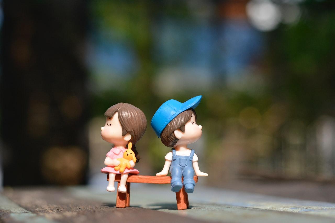 人形の女の子と男の子