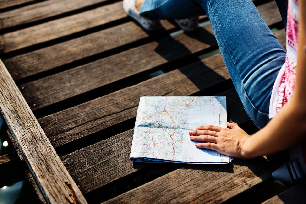 地図を手にする人
