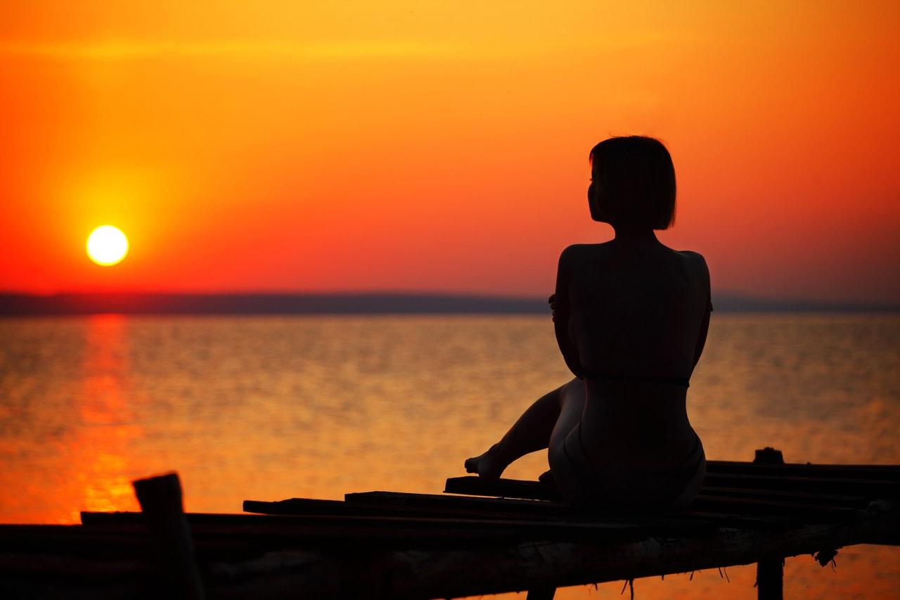 夕日を見ている女性