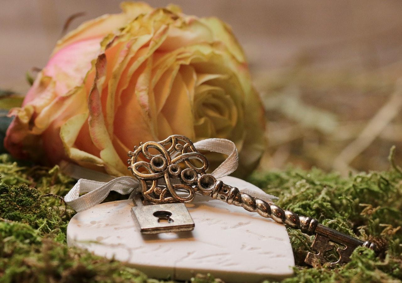 バラの花と鍵