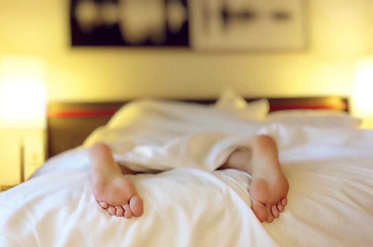 ベッドから出ている足