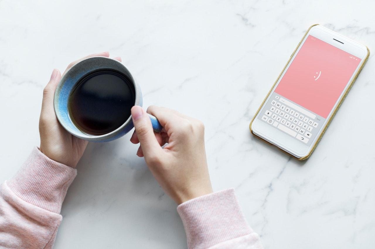 コーヒーと携帯電話