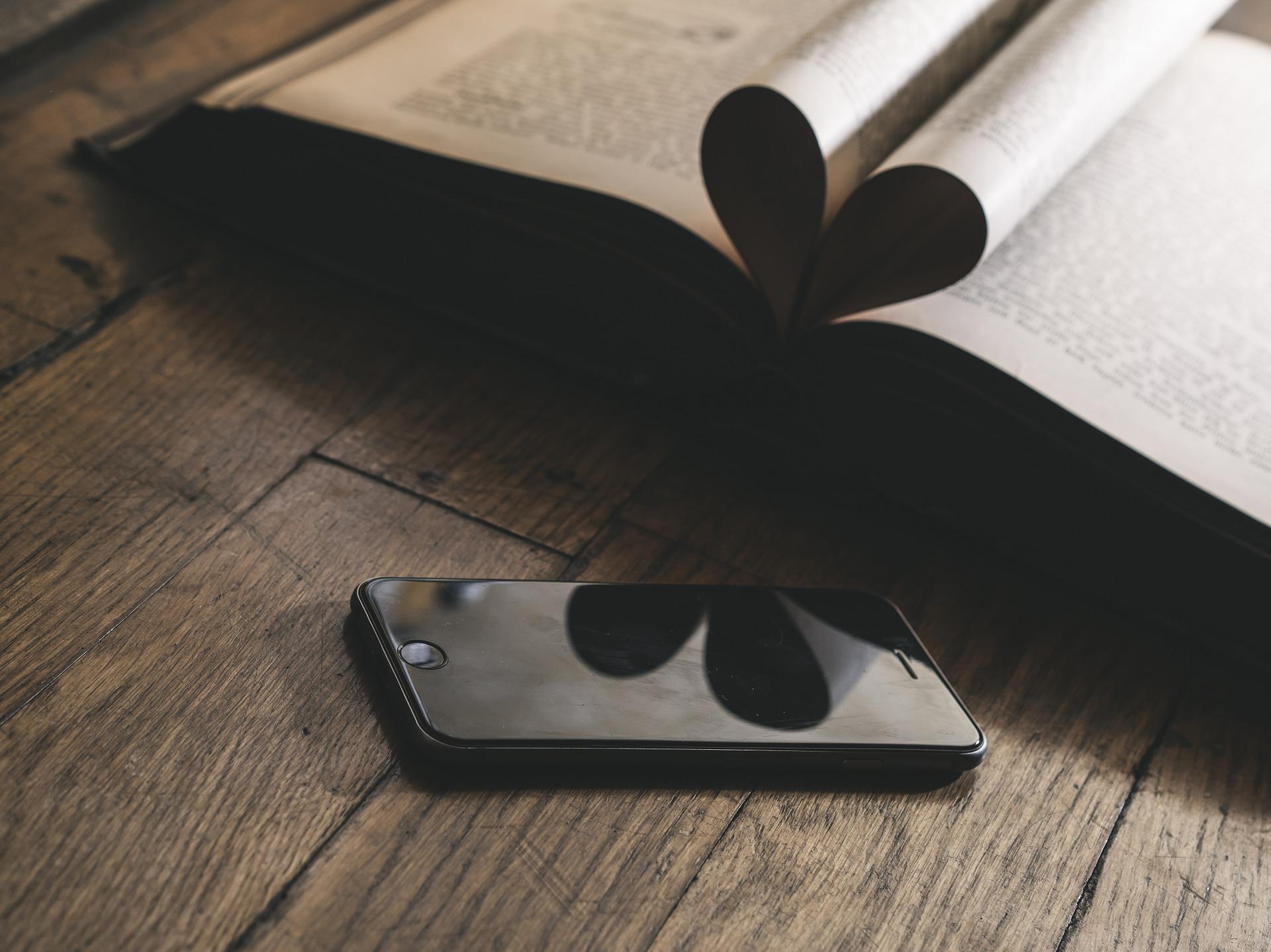 本とスマートフォン