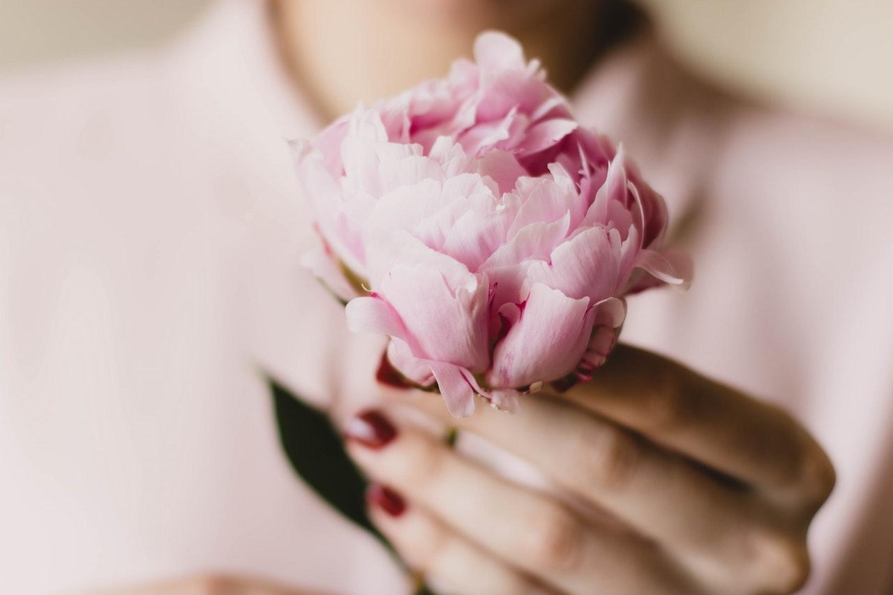 女性の手に花