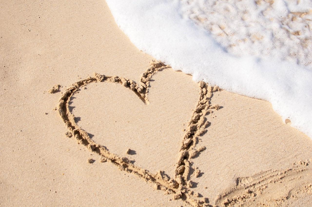 波と砂に書いたハート