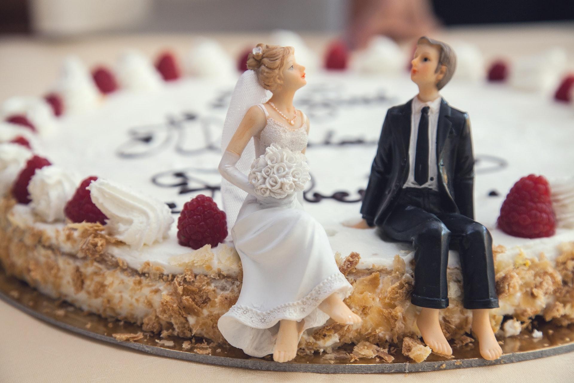 ケーキの上に結婚する男女の人形
