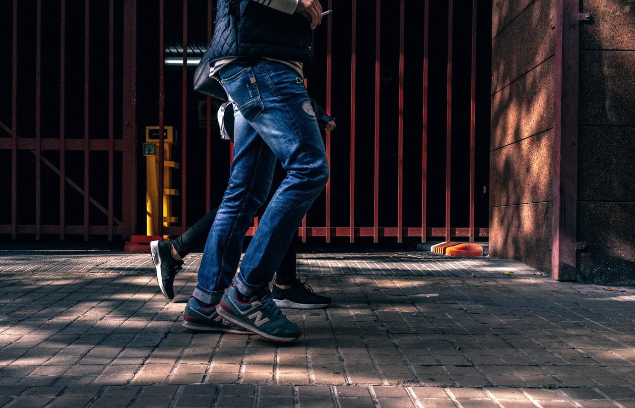 街を歩く男性の足