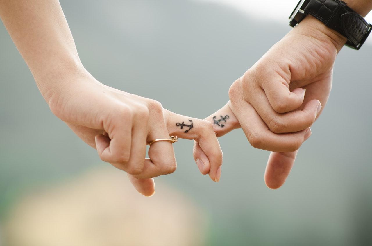 指をつなぐカップル