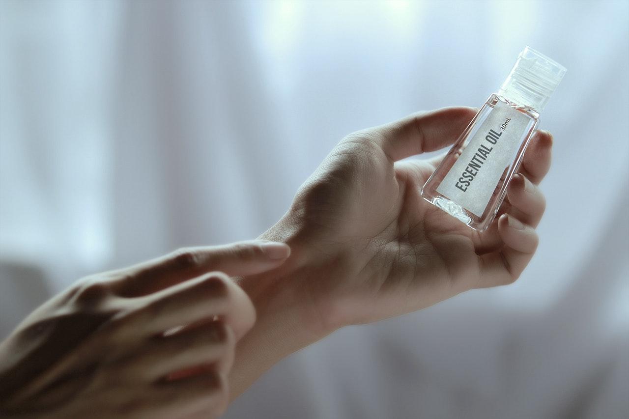香りをつける女性の手