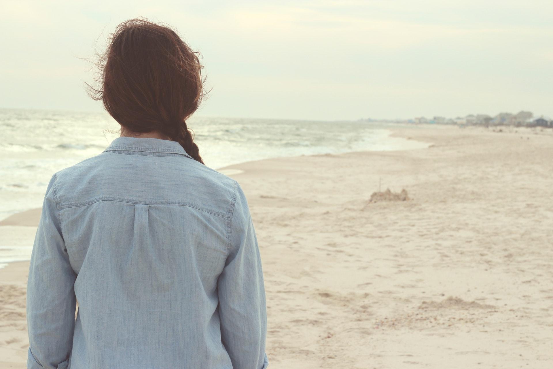 一人で歩く女性