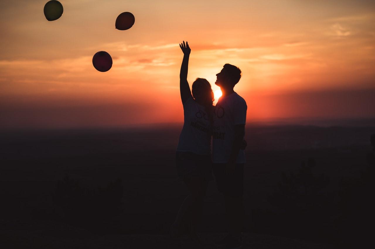 夕焼けに立つカップル