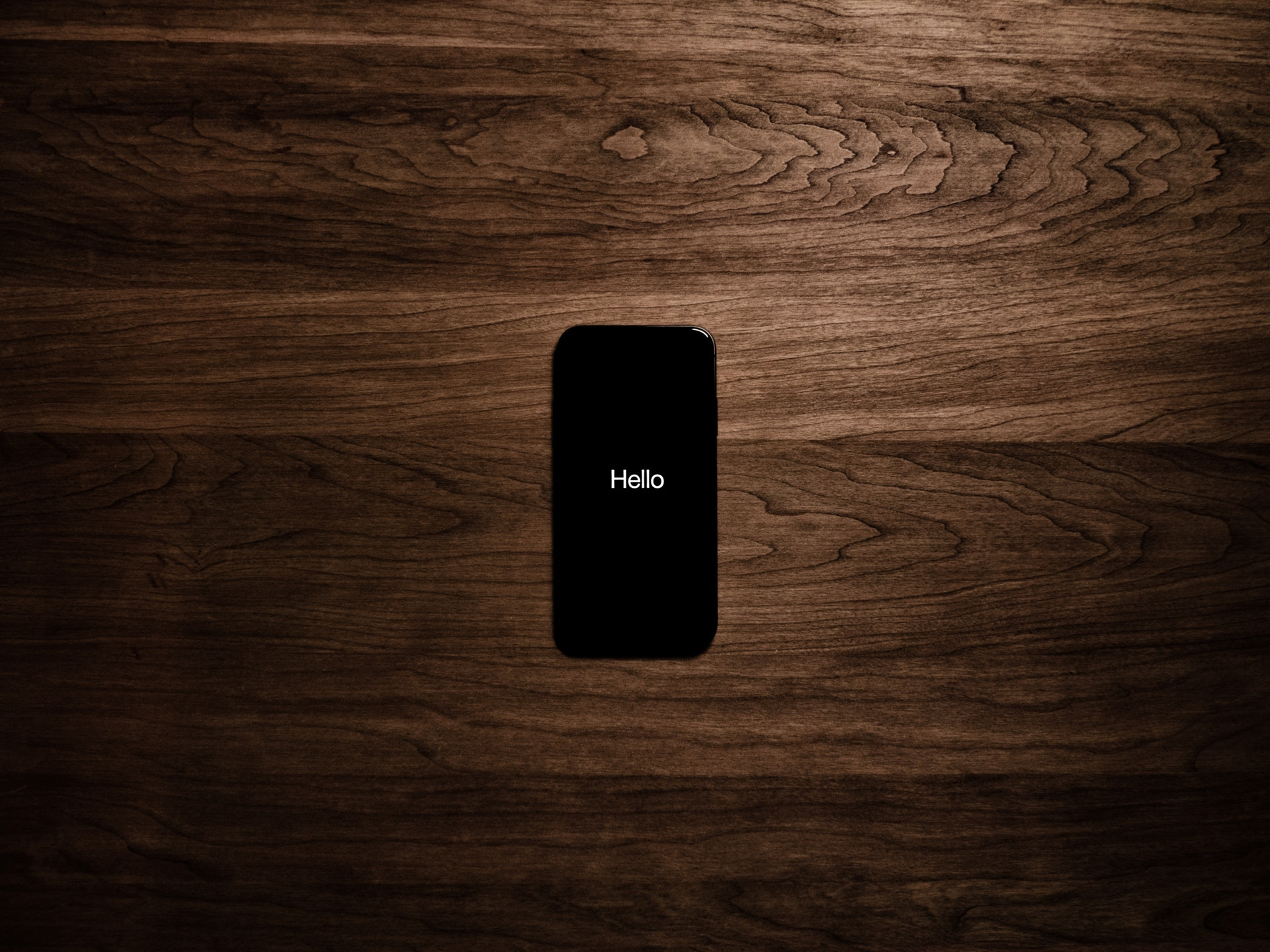 机の上のスマートフォン