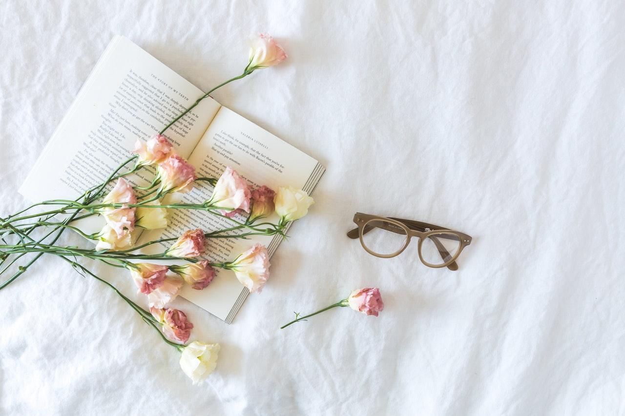本とバラ メガネ