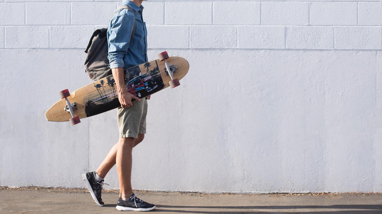 スケートボードを持つ男性