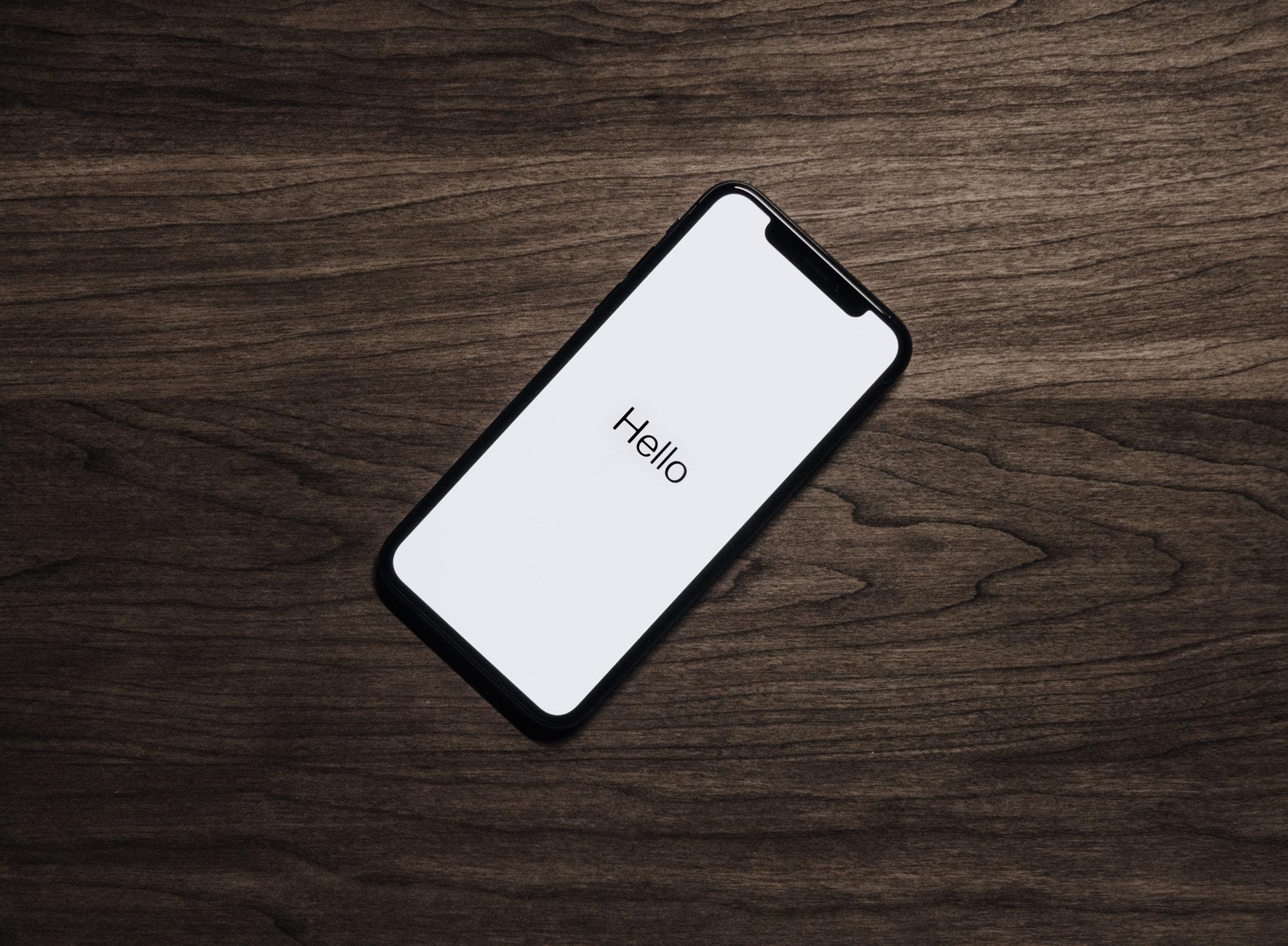 Helloの文字が表示されたスマートフォン