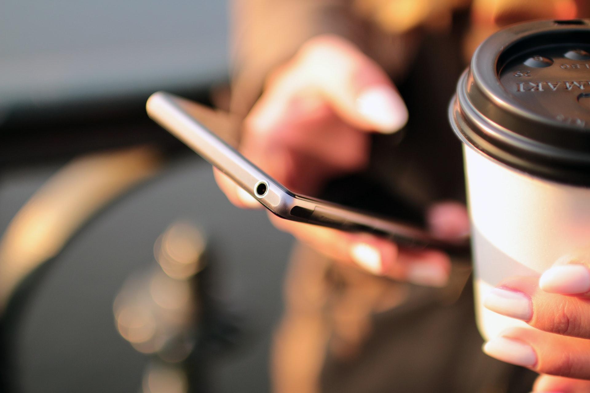 スマートフォンとコーヒーカップ