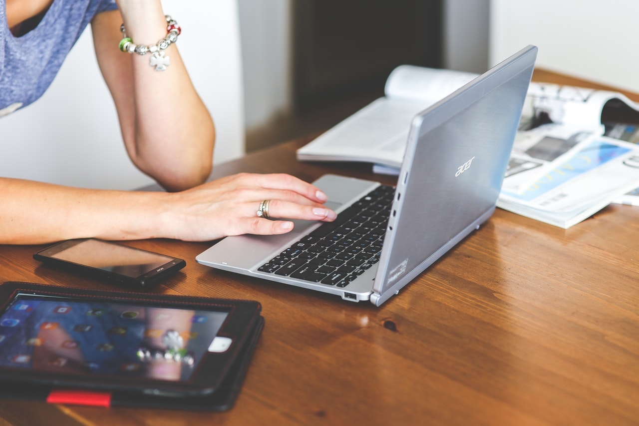 パソコンの前で思案する女性