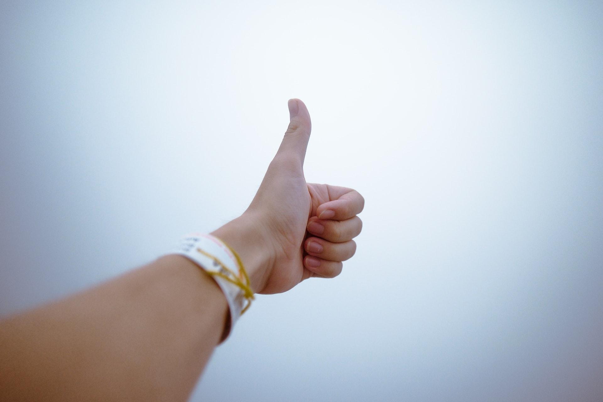 親指を立てる