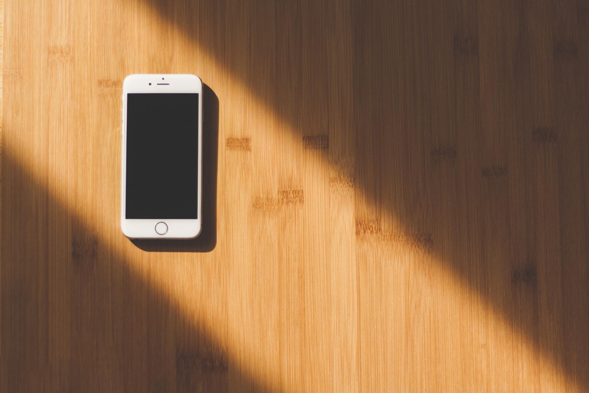 光の中のスマートフォン